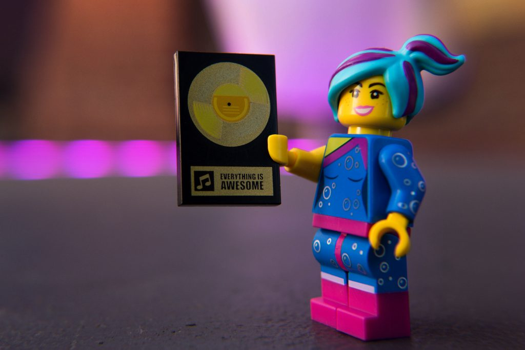 The LEGO Movie 2 Minifigure Review: Flashback Lucy