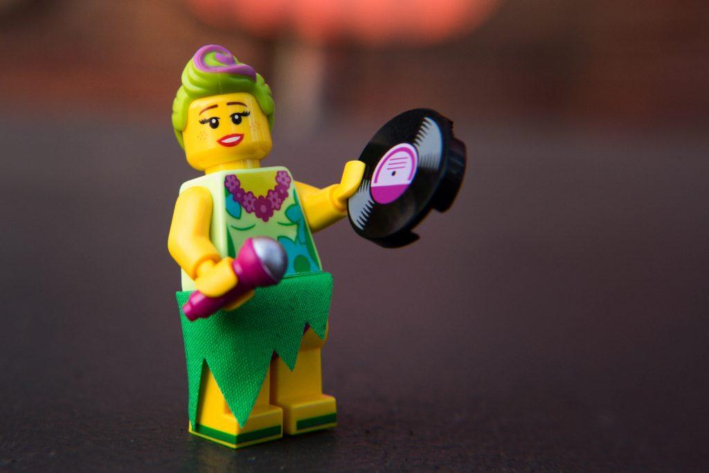 The LEGO Movie 2 Minifigure Review: Hula Lula