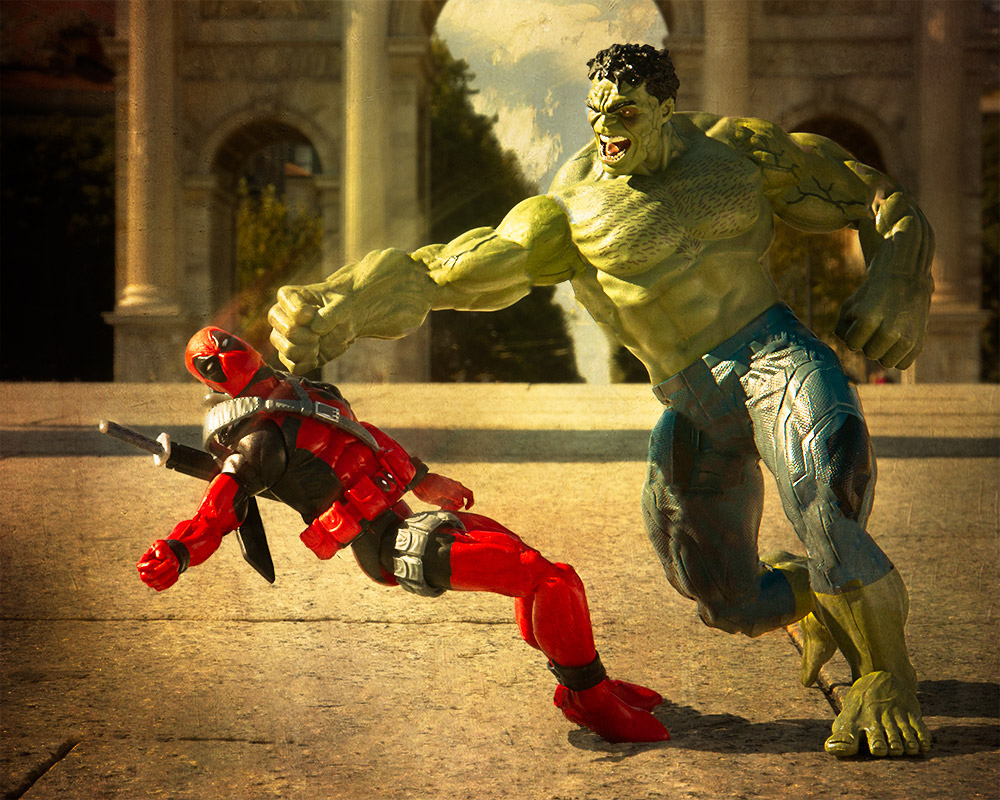 Hulk fighting Deadpool in Milan