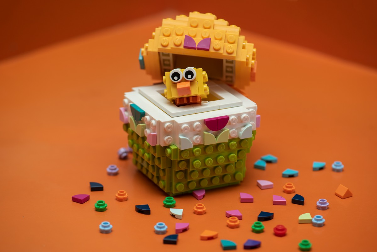 LEGO Customizable Easter Egg set 40371 open to show chick inside
