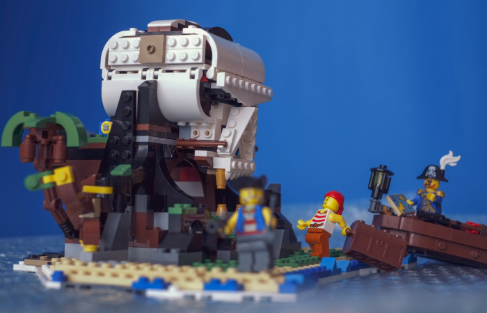 LEGO pirates minifigures hiding the chest on the skull island