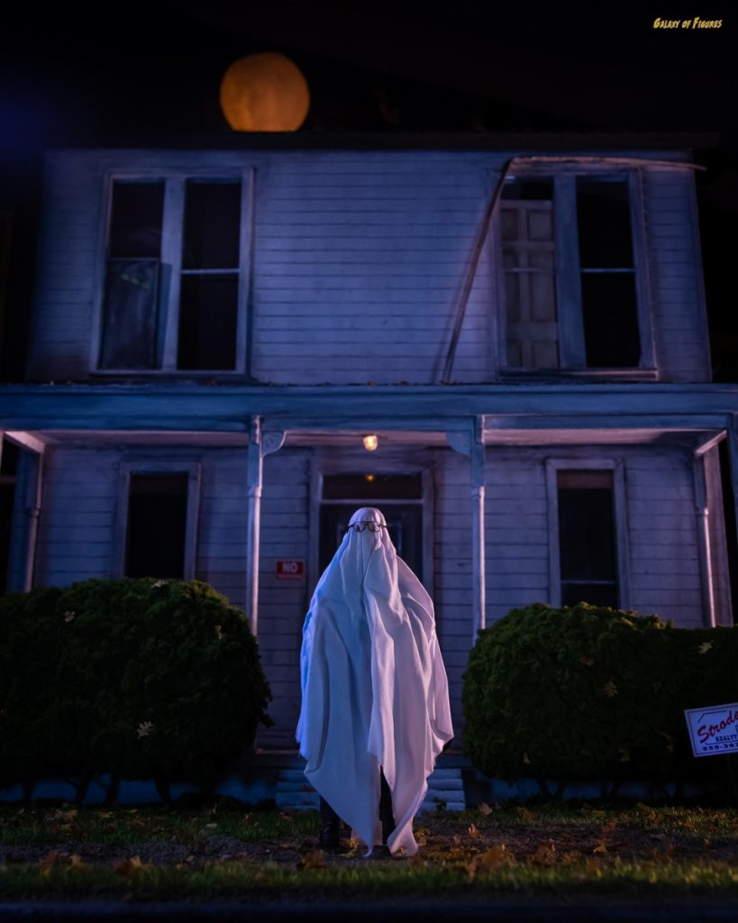 Halloween house diorama with Mezco Michal Myers Mezco One:12 Collective action figure by @galaxy_of_figures Matt Parker