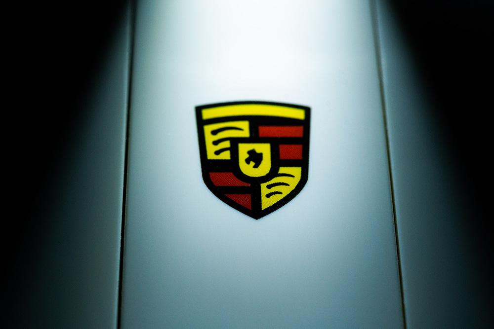 Porsche 911 hood logo